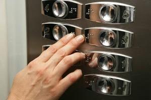 Acompañante de personas en ascensor